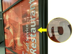 窓ガラスに貼ったシースルーグラフィックス(コントラビジョン)。ドットにより、ビジュアル越しに中が見えます。