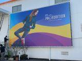 ターポリン生地に印刷して、壁面に掲示した、屋外の大型看板。