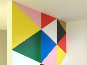 マーキングフィルムで装飾した壁。貼るカーテンのようにデコレーションできます。