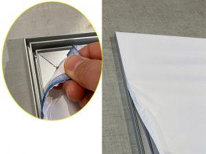 ファブリックをアルミフレームの溝にはめるだけ。薄型のフレームは枠がほとんど見えず、美しく飾れます。