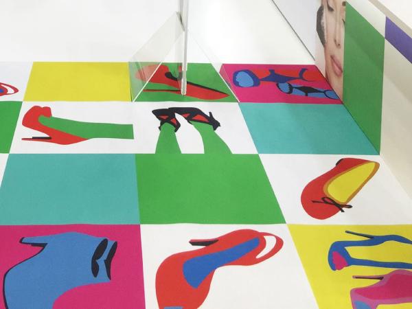 展示会の床装飾を、オリジナルデザインのパンチカーペットでカラフルに。